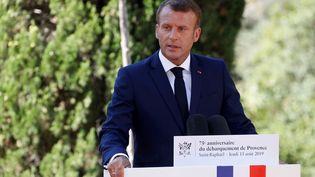 Emmanuel Macron lors de lacérémonie du 75e anniversaire du débarquement de Provence, à Saint-Raphaël (Var), le 15 août 2019. (ERIC GAILLARD / POOL / AFP)