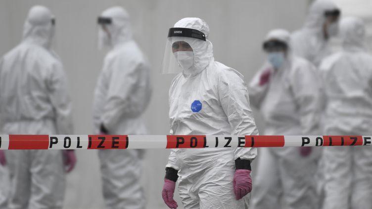 Des personnes chargées de tester les employés d'une usine de transformation de viande à Hamm (Allemagne), le 10 mai 2020. (INA FASSBENDER / AFP)