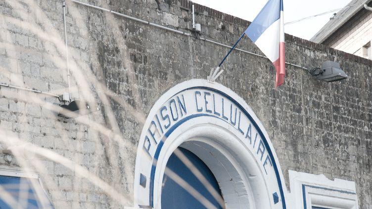 La porte d'entrée de la maison d'arrêt de Caen (Calvados), le 11 mars 2012. (YANN THOMPSON / FRANCETV INFO)