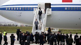 Le président chinois Xi Jinpong descend de l'avion à l'aéroport francilien d'Orly, dimanche 29 novembre 2015, avant d'assister à la Cop21. (YOAN VALAT / POOL / AFP)