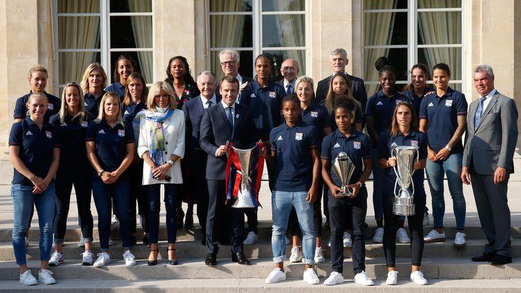 Emmanuel Macron avec les joueuses de l'OL  (GEOFFROY VAN DER HASSELT / POOL)