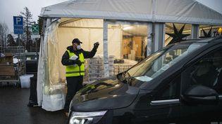 Un homme prépare des kits de tests PCR qui doivent être collectés par les chauffeurs de taxi de Stockholm, en Suède, le 4 décembre 2020. (JONATHAN NACKSTRAND / AFP)
