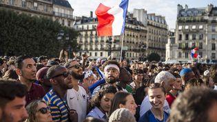 Des spectateurs assistent à la rencontre entre la France et la Belgique sur un écran géant installé sur le parvis de l'hôtel de Ville à Paris, le 10 juillet. (YANN CASTANIER / HANS LUCAS / AFP)