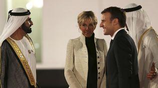 Emmanuel et Brigitte Macron accueillis à Abou Dhabi par Cheikh Mohamed bin Rashid Al Maktoum.  (Kamran Jebreili/AP/SIPA)
