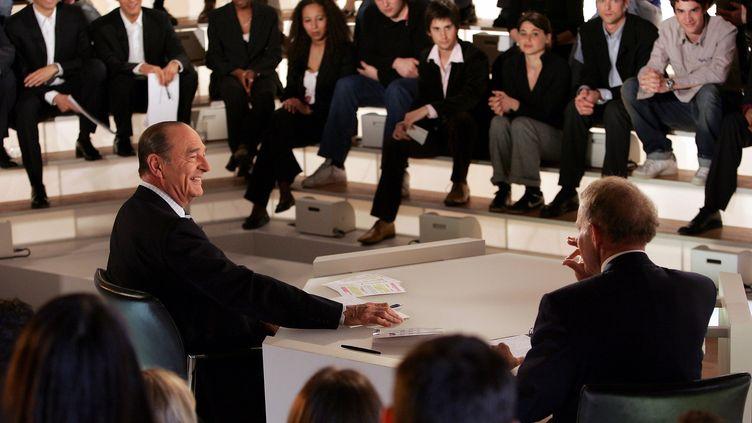 (En 2005, Jacques Chirac répond aux questions de 83 jeunes sur TF1 © REUTERS/Patrick Kovarik/Pool)