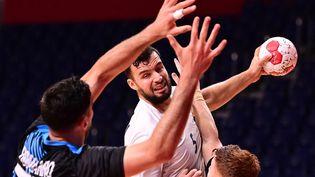 Nedim Remili arme son tir face à la défense argentine lors du premier match des Bleus dans le tournoi olympique, le 24 juillet. (MARTIN BERNETTI / AFP)