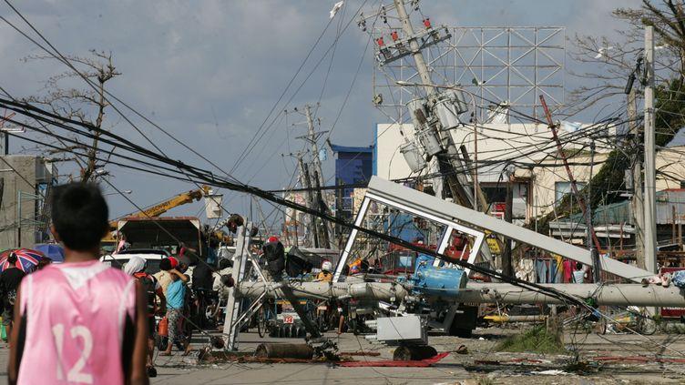 Pylônes électriques et débris encombrent une rue de Tacloban, aux Philippines, après le passage du typhon Haiyan, le 10 novembre 2013. (JEOFFREY MAITEM / GETTY IMAGES ASIAPAC)