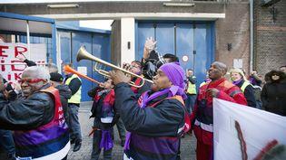 Des salariés de la prison de Koepel manifestent devant la prison de Haarlem (Pays-Bas), le 5 avril 2013, pour protester contre le plan de fermeture de prisons du gouvernement néerlandais. (OLAF KRAAK / ANP)