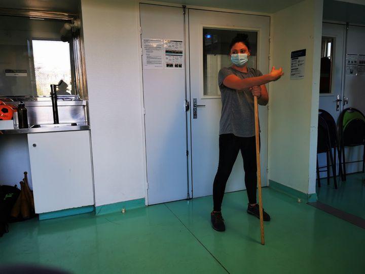 Elodie Python, enseignante en activité physique adaptée, au service réhabilitation par le sport, lors d'une séance pour les anciens malades du Covid-19, à l'Hôtel-Dieu à Paris début septembre.. (NINA VALETTE / RADIO FRANCE)