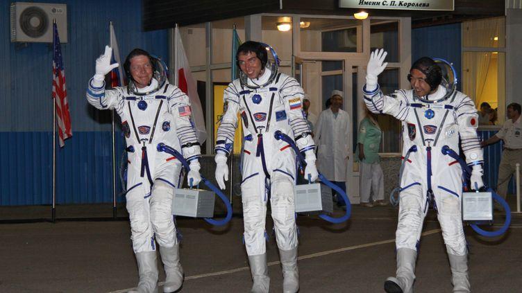 L'Américain Mike Fossum, le Russe Sergei Volkov et le Japonais Satoshi Furukawa, avant leur départ pour la Station spatiale internationale, le 14 novembre 2011 à Baïkonour (Kazakhstan). (OLEG URUSOV / RIA NOVOSTI / AFP)