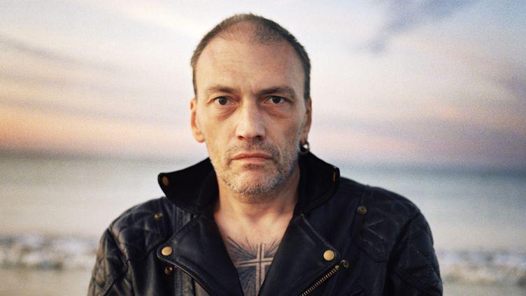Daniel Darc en fin de journée, sur l'île de Ré, en 2011, saisi par Julien Lachaussée.  (Julien Lachaussée)