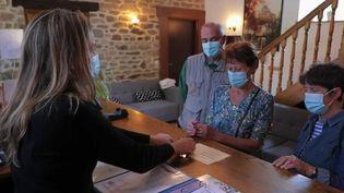 Le secteur du tourisme retrouve ses clients.Les hôtels en région tirent leur épingle du jeu, tandis que la capitale peine à retrouver ses visiteurs étrangers. (CAPTURE ECRAN FRANCE 2)