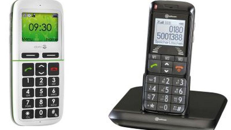 A droite, un mobile de la marque Doro. A gauche, un téléphone Amplicom M5000. (© DR)