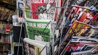 La dernière édition en rouge du journal satirique Charlie Hebdo dans un kiosque à Lyon le 25 Février 2015. (JEFF PACHOUD / AFP)