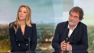 Sur le plateau du 20 Heures de France 2, Laura Smet et Olivier Marchal présentent le filmCarbone, un thriller qui sortira bientôt au cinéma. (FRANCE 2)