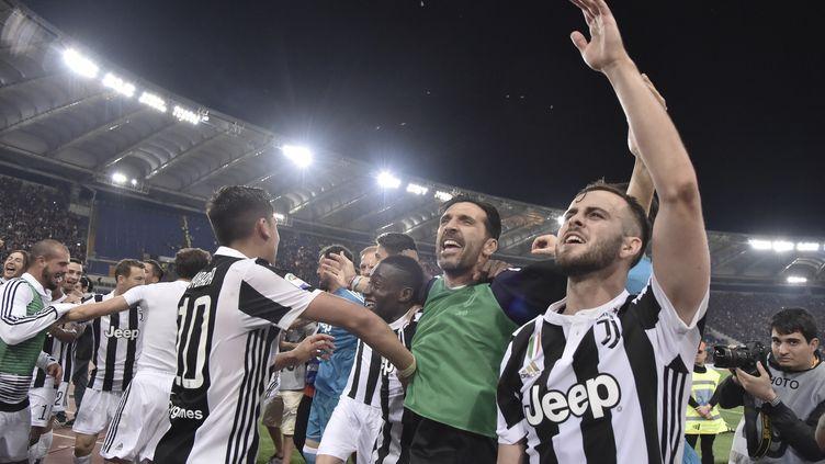 Les joueurs de la Juventus Turin célèbrent leur titre. (TIZIANA FABI / AFP)