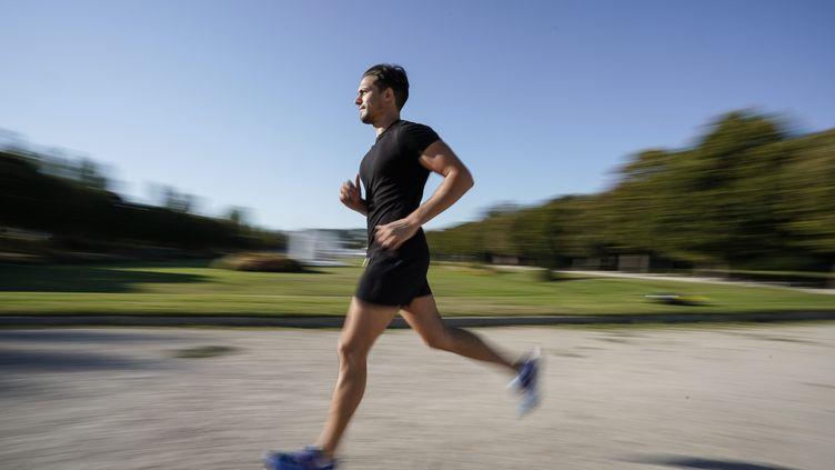 Un joggeur an centre-ville de Marseille (Bouches-du-Rhône). (TOMASELLI ANTOINE / MAXPPP)
