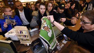 """Une centaine de personnes attendent pour acheter un exemplaire de """"Charlie Hebdo"""" devant la librairie de Nancy (Meurthe-et-Moselle), mercredi 14 janvier. (  MAXPPP)"""