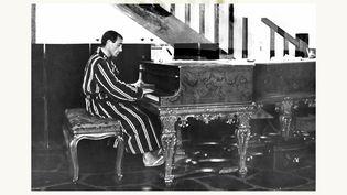 Charles Aznavour à son piano, dans sa propriété de Montfort L'Amaury au début des années 60. (ROGER KASPARIAN)