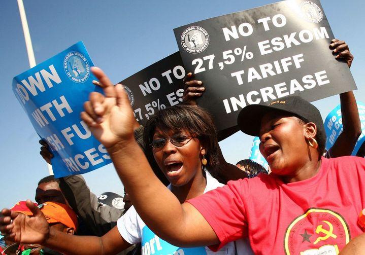 Manifestation contre la hausse des tarifs de l'électricité d'Eskom, le 6 août 2008 à Durban, en Afrique du Sud. (RAJESH JANTILAL / AFP)