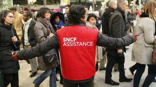 Un employé de la SNCF guide les usagers à la gare Saint-Lazare à Paris, le 9 mars 2016. (MATTHIEU ALEXANDRE / AFP)