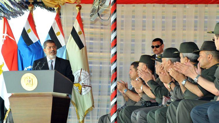 Le président égyptien Mohamed Morsi s'adresse aux militaires avant une manœuvre militaire dans le Sinaï (Egypte), le 18 octobre 2012. (EGYPTIAN PRESIDENCY / AFP)