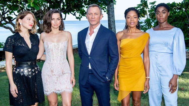 Daniel Craig, interprète de James Bond, entouré de ses co-stars du pochain film de la saga, dont Lashana Lynch à droite. (ROY ROCHLIN / GETTY IMAGES NORTH AMERICA)