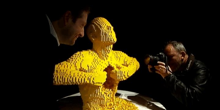 """Nathan Sawaya pose ici devant """"Yellow"""", une des ses plus sculptures les plus connues.  (France 3 Culturebox)"""
