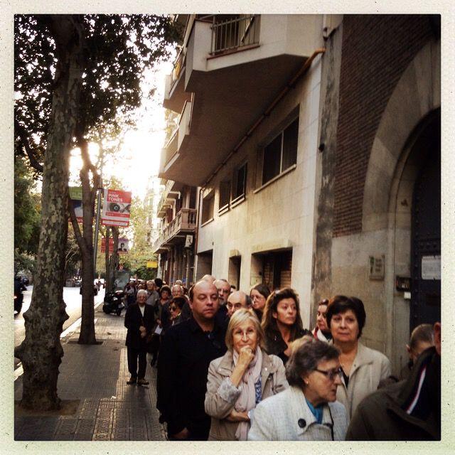 Dès l'ouverture des bureux de vote, de longues files d'attente se sont formées. (VINCENT DANIEL / FRANCETV INFO)