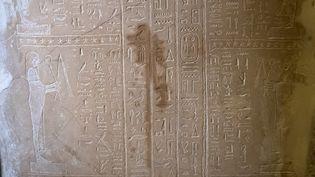 La substance a laissé des taches visibles sur ce sarcophage du Nouveau Musée à Berlin. (BERND VON JUTRCZENKA / DPA)