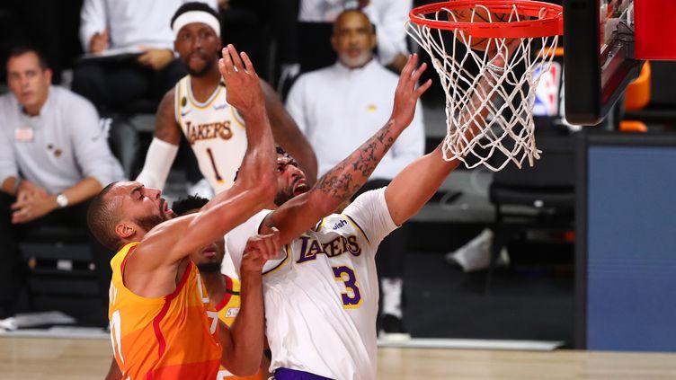 Anthony Davis des Lakers de Los Angeles et Rudy Gobert de l'Utah Jazz, le 3 août. (POOL / GETTY IMAGES NORTH AMERICA)