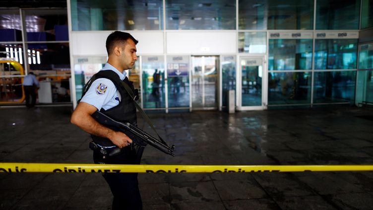 Un policier turc patrouille devant l'aéroport international d'Istanbul, le 29 juin 2016. (OSMAN ORSAL / REUTERS)