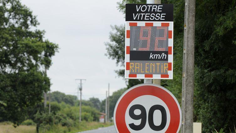 Un panneau de limitation de vitesse sur une route de Loire-Atlantique, le 25 mars 2013. (ALAIN LE BOT / AFP)