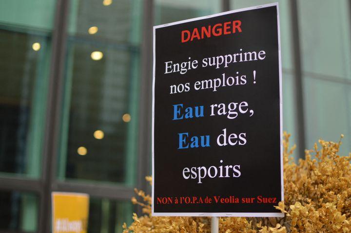 Les salariés de Suez débrayent devant la tour de Paris-La Défense, contre le projet de rachat de Véolia, le 8 septembre 2020. (VICTOR VASSEUR / RADIO FRANCE)