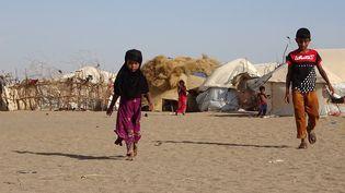 Des enfants dans un camp de personnes déplacées dans la région de Khokha, dans la province occidentale de Hodeida, au Yémen, le 6 mai 2020. (KHALED ZIAD / AFP)