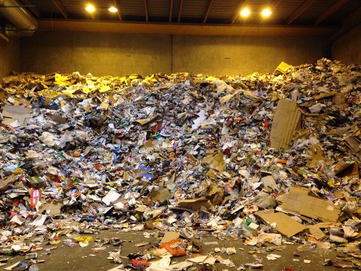 Dans le sous-sol du centre de tri du 15e arrondissement de Paris, les déchets s'amoncellent en des tas de près de 6 mètres de haut, le 18 juin 2015. (JULIE RASPLUS / FRANCETV INFO)