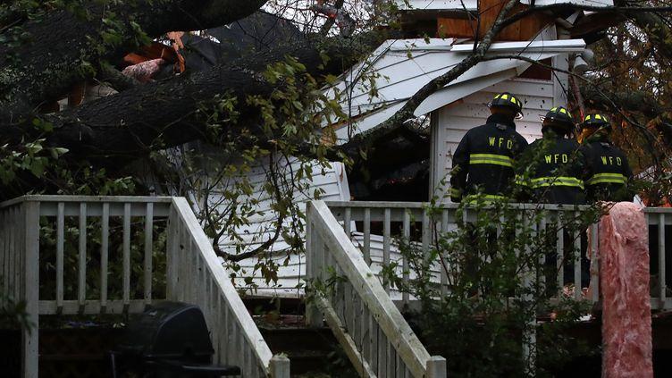Un arbre s'est effondré sur cette maison, au passage de l'ouragan Florence, à Wilmington, en Caroline du Nord, le 14 septembre 2018. (MARK WILSON / GETTY IMAGES NORTH AMERICA / AFP)