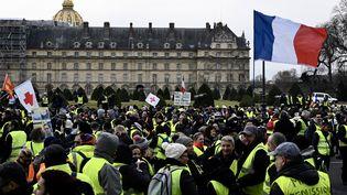 """Des """"gilets jaunes"""" rassemblés sur l'esplanade des Invalides, samedi 19 janvier 2019 à Paris. (PHILIPPE LOPEZ / AFP)"""