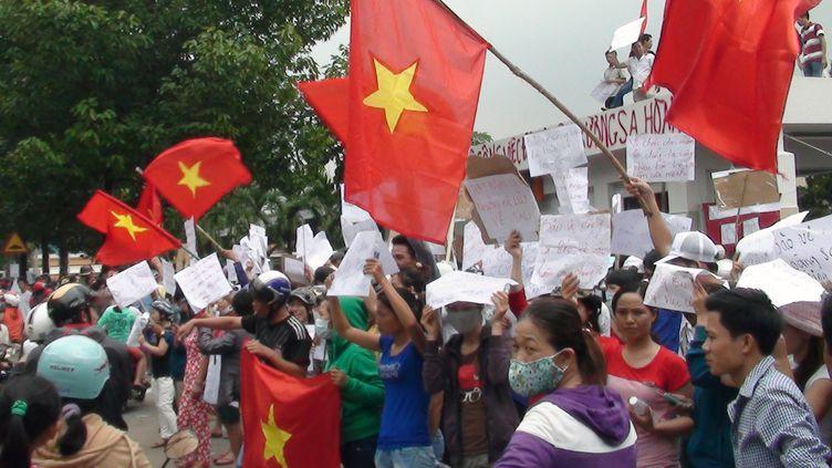 Des Vietnamiens protestent contre l'installation par la Chine d'une plateforme pétrolière sur son territoire maritime, mercredi 14 mai, dans la zone industrielle de Binh Duong, dans le sud du pays. (VNEXPRESS / AFP)