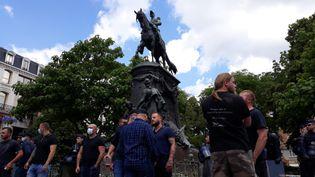 Une dizaine de militants d'extrême droite se sont rassemblés devant la statue du général Faidherbe, à Lille, samedi 20 juin 2020, pour s'opposer aux manifestants qui réclament le retrait du monument. (LOUISE THOMANN / RADIO FRANCE)