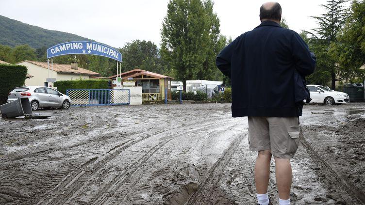 Un rescapé regarde lecamping municipal dévasté après la crue dans la commune de Lamalou-les-Bains (Hérault), le 18 septembre 2014 (PASCAL GUYOT / AFP)