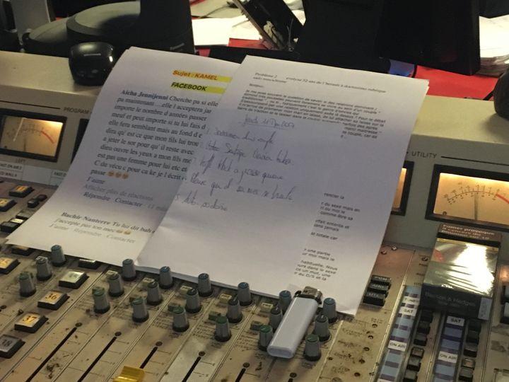 """Les fiches de Difool pourl'émission """"Radio libre"""",  jeudi 11 mai 2017, dans les studios de Skyrock. (ELISE LAMBERT/FRANCEINFO)"""
