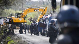 Des gendarmes dégagent une route de la ZAD de Notre-Dame-des-Landes (Loire-Atlantique), le 12 avril 2018. (DAMIEN MEYER / AFP)