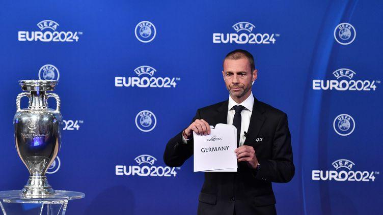 Leprésident de l'UEFA,Aleksander Ceferin, annonce le pays organisateur de l'Euro 2024, le 27 septembre 2018 à Nyon (Suisse). (FABRICE COFFRINI / AFP)
