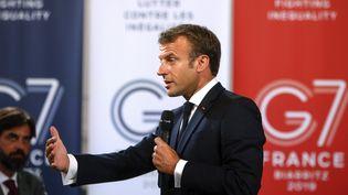 Emmanuel Macron lors d'un discours à des chefs d'entreprise à Paris, le 23 août 2019, en amont de l'ouverture du G7 de Biarritz. (MICHEL SPINGLER / AFP)
