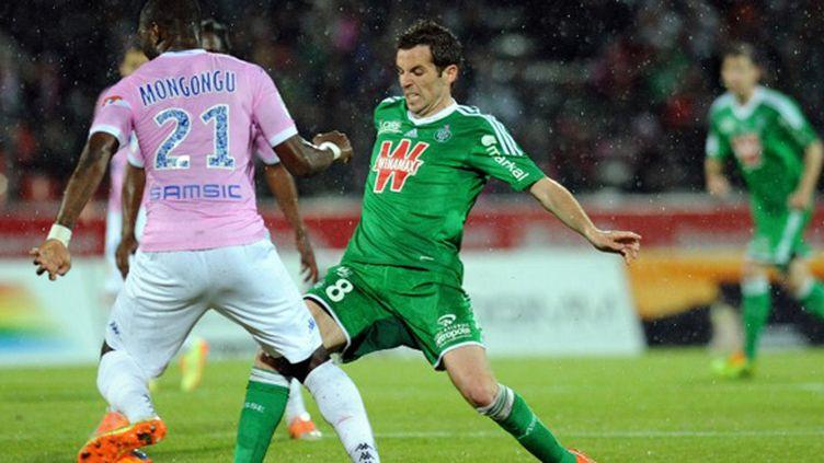 Benjamin Corgnet (Saint-Etienne) tente de passer Cédric Mongongu (Evian-TG) (JEAN-PIERRE CLATOT / AFP)
