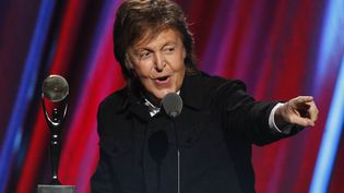Paul McCartney lors de l'introduction de Ringo Starr aux Rock and Roll Hall of Fame, à Cleveland (Etats-Unis), le 18 avril 2015. (AARON JOSEFCZYK / REUTERS)