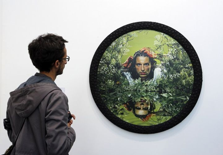 Un visiteur de la Fiac devant une oeuvre de Pierre et Gilles  (FRANCOIS GUILLOT / AFP)
