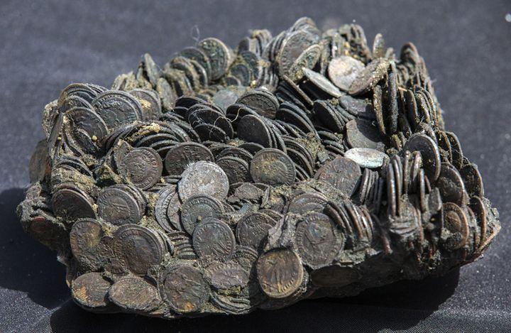 Agglomérat de pièces de monnaie antiques trouvé dans le port de Césarée  (Jack Guez / AFP)