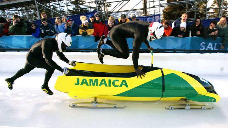 Oneil Brown (G) et Winston Watts poussent leur bobsleigh aux JO de Salt Lake City (Etats-Unis), le 17 février 2002. ( REUTERS)